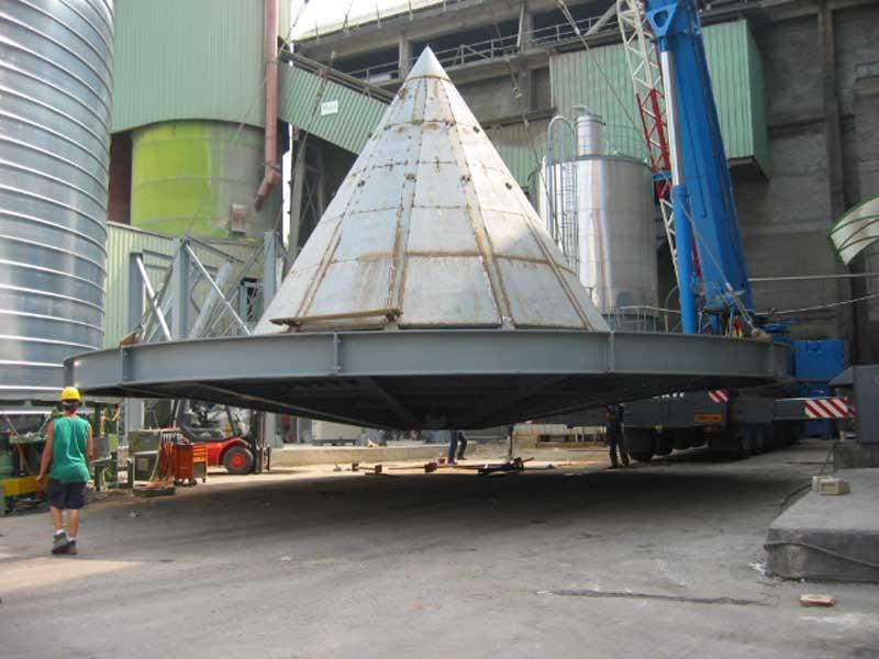 Montaggio silos con interno conico; misure diametro 14 metri x 24 metri in altezza. Particolarita del silos costruito in cantiere con cois lamiera zincata