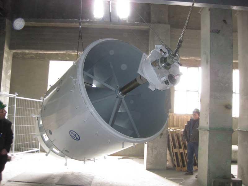 Sollevamento e montaggio insaccatrice cemento all'interno reparto insaccaggio